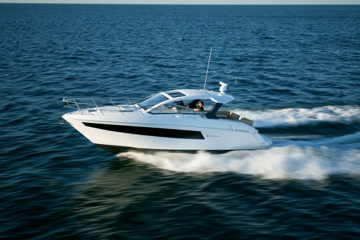 Cruisers Yachts 390 Express Running
