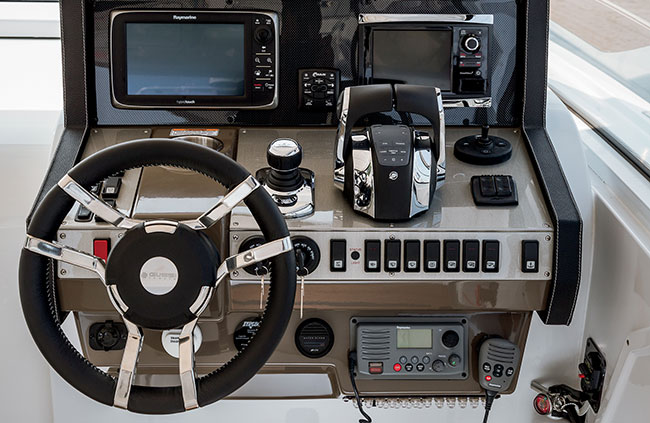 Cruisers Yachts 39 Express Coupe Helm