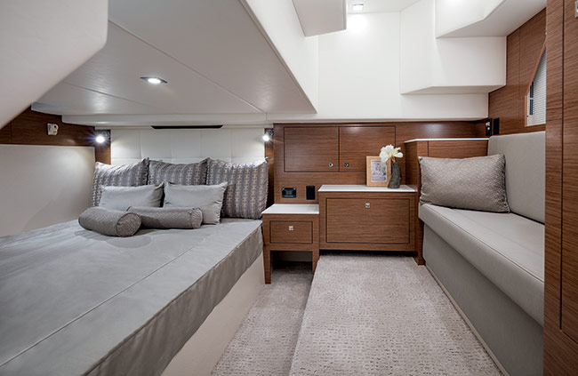 Cruisers Yachts 39 Express Coupe Master Stateroom