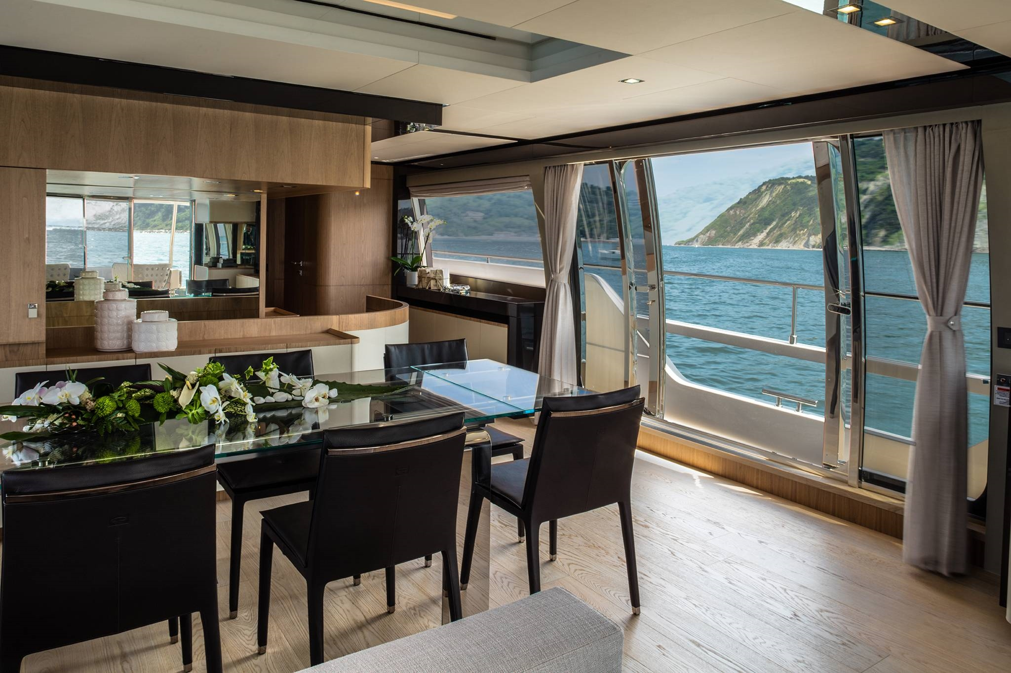 2016 Ferretti Yachts Luxury Salon Dining Table