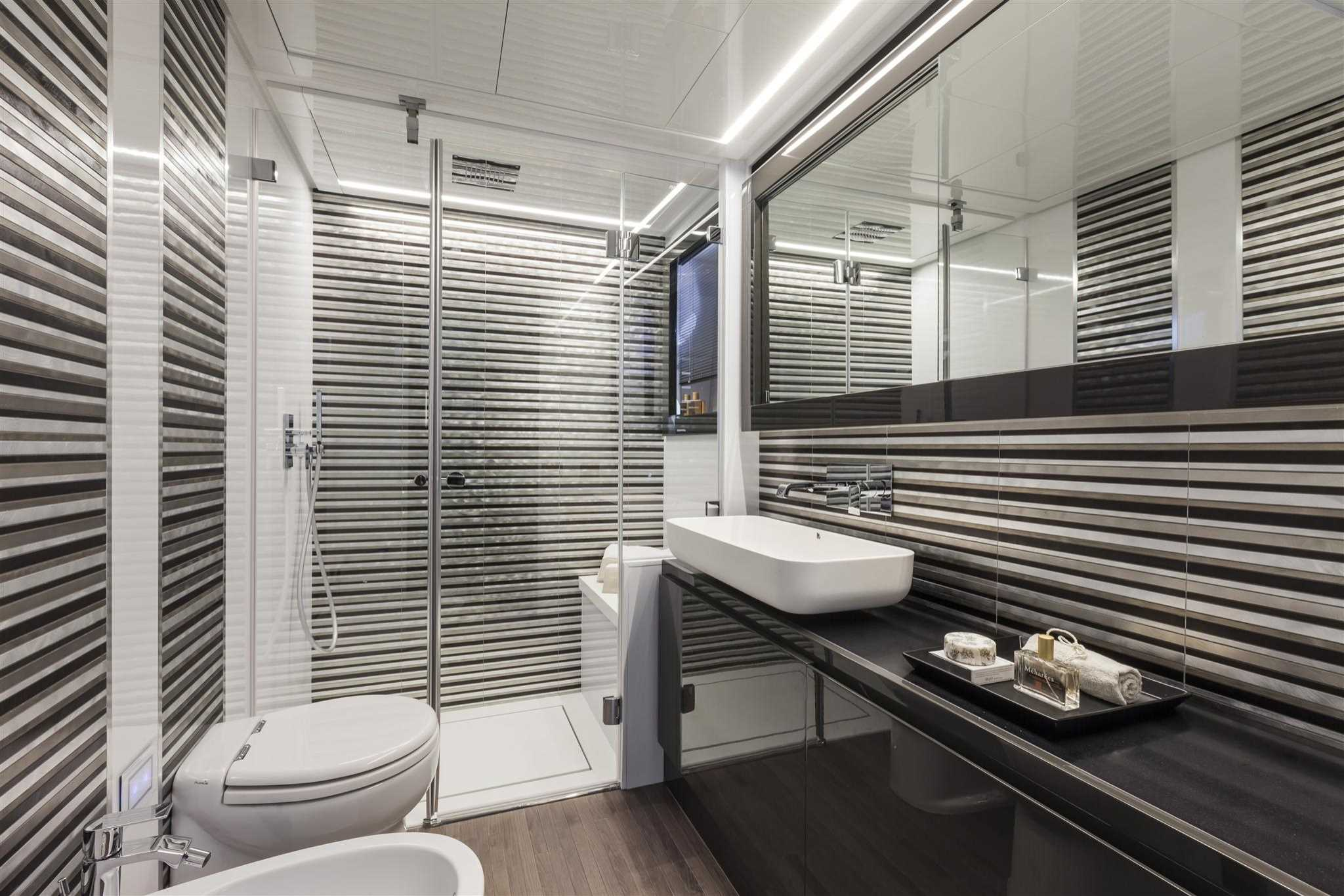 2018 Pershing 70 Yacht Master Bathroom Head