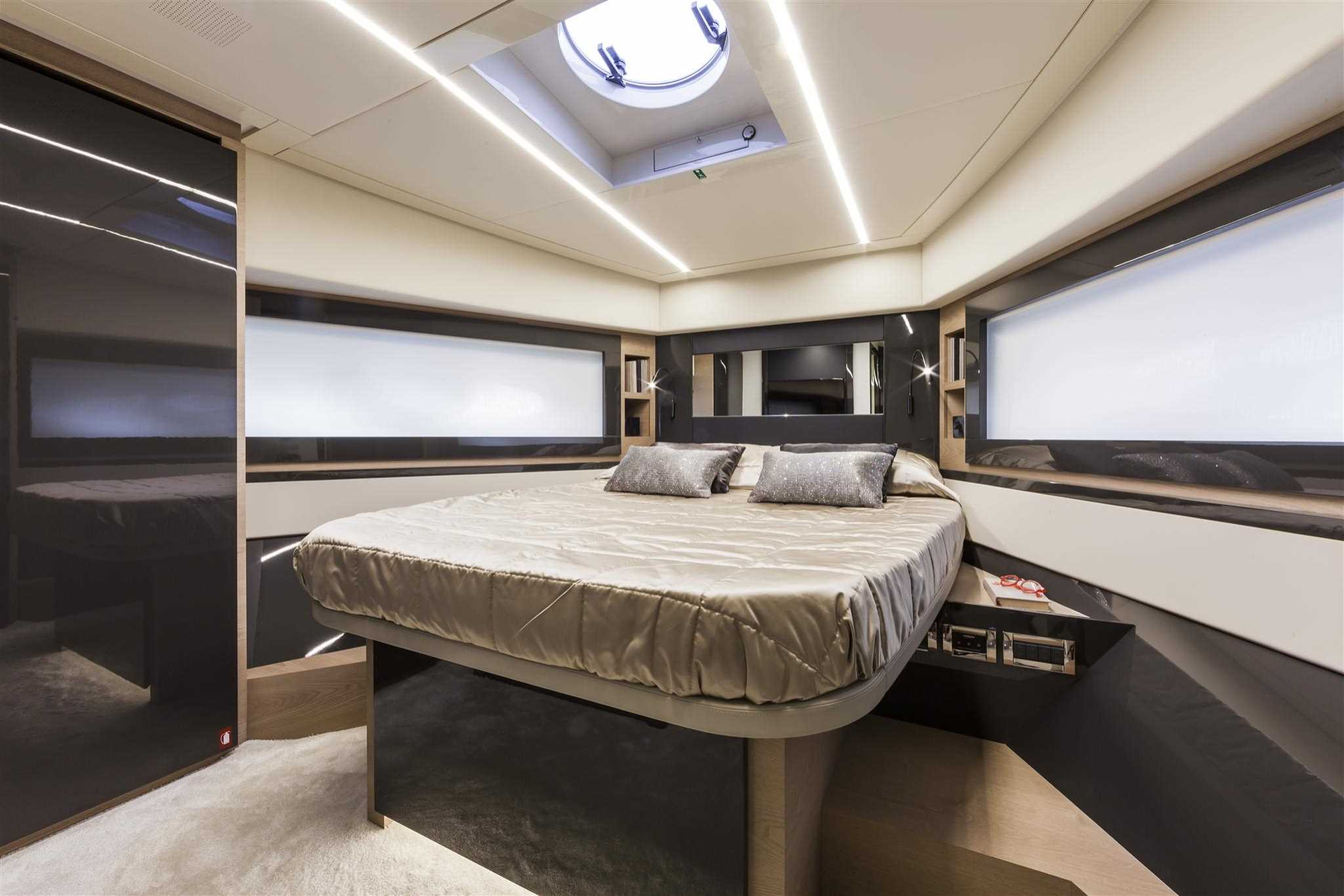 2018 Pershing 70 VIP Guest Stateroom