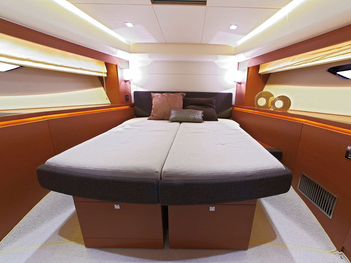 Prestige 550 Fly Yacht VIP Bed