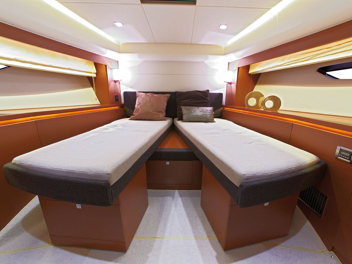 Prestige 550 Fly Yacht VIP Bed Split